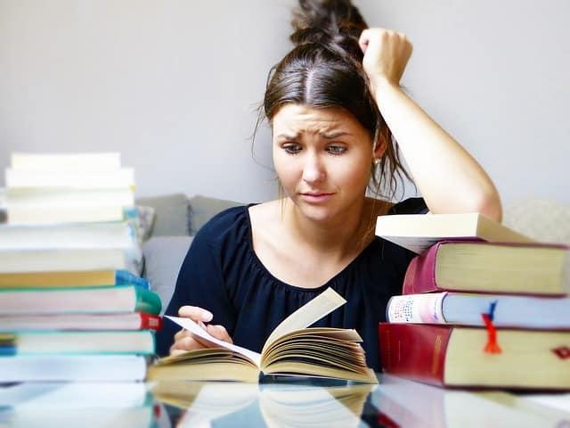 Frau mit Burnout verzweifelt beim Lesen